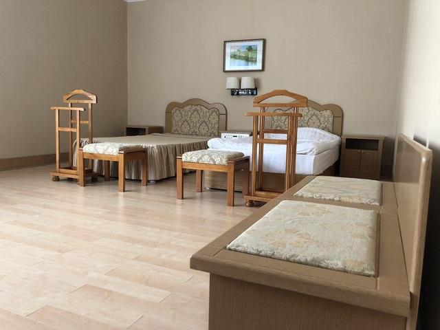 Nội thất bên trong căn phòng ở của Zhdanov đơn giản nhưng gọn gàng và sạch sẽ.