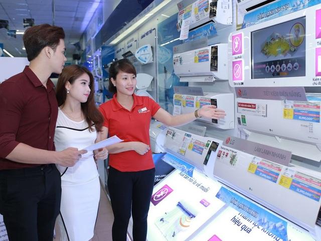 Người dân chọn mua điều hòa tại siêu thị điện máy.