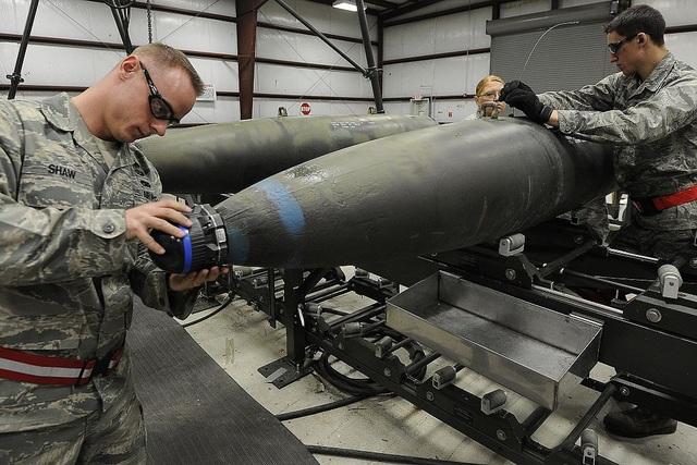 Các chuyên gia lắp ráp vũ khí tại căn cứ không quân Hill ở bang Utah, Mỹ (Ảnh: Wikipedia)