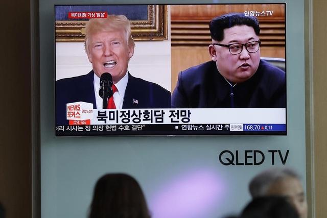 Truyền hình Hàn Quốc đưa tin về Tổng thống Donald Trump và nhà lãnh đạo Kim Jong-un (Ảnh: Reuters)