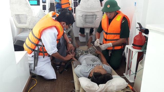 Bộ đội Biên phòng cứu ngư dân xuất huyết dạ dày nguy kịch trên biển - 1