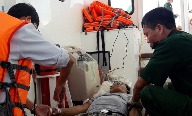 Quân y Biên phòng sơ cấp cứu cho ngư dân Phan Ngọc
