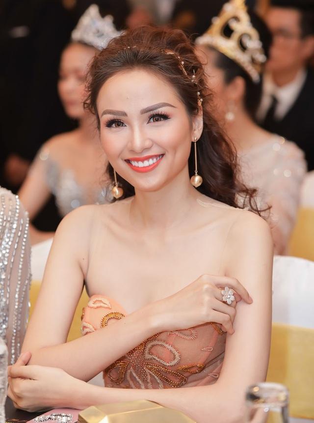 Hoa hậu Diễm Hương thon gọn với làn da trắng mượt mà