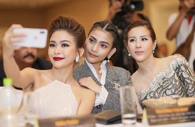Cả hai thân thiết bên Hoa hậu quý bà Thu Hoài