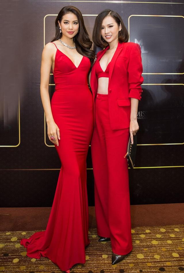 Hoa hậu Phạm Hương và á hậu Thanh Trang bất ngờ cùng diện trang phục đỏ rực rỡ và khoe vòng 1 gợi cảm.
