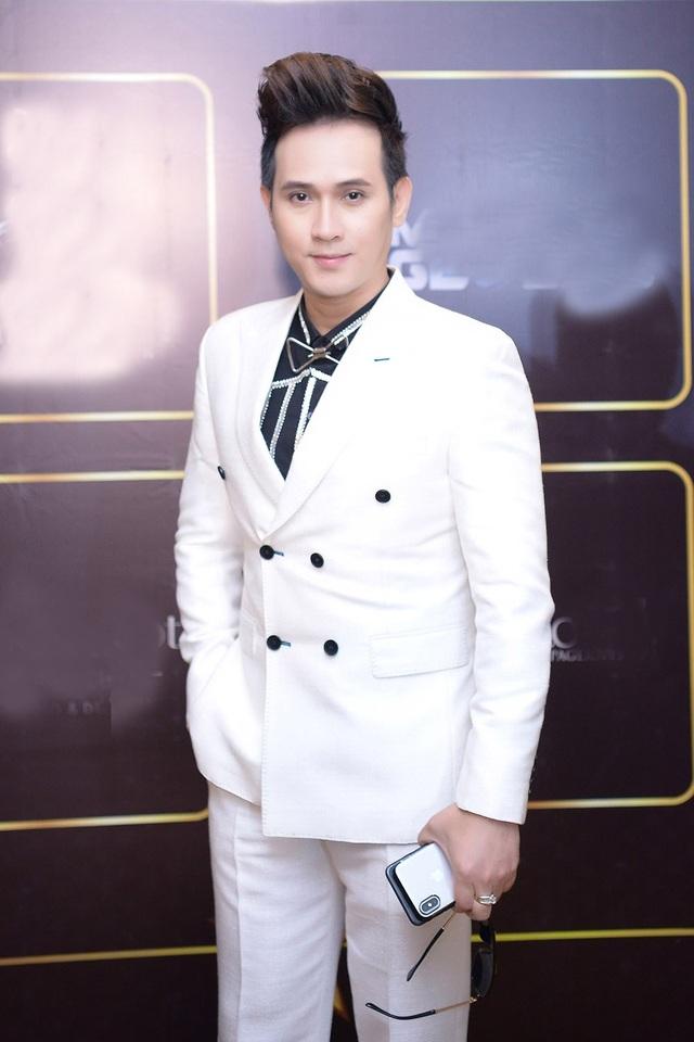 Ca sĩ Nguyên Vũ lịch lãm với vest trắng