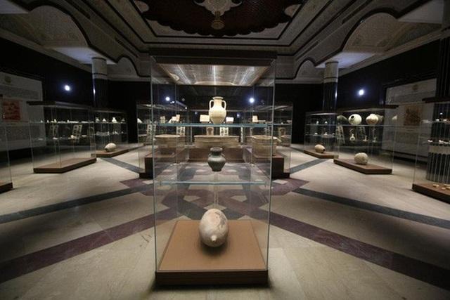 Một số đồ vật trên du thuyền được trưng bày tại bảo tàng Barsa. Ảnh: Reuters