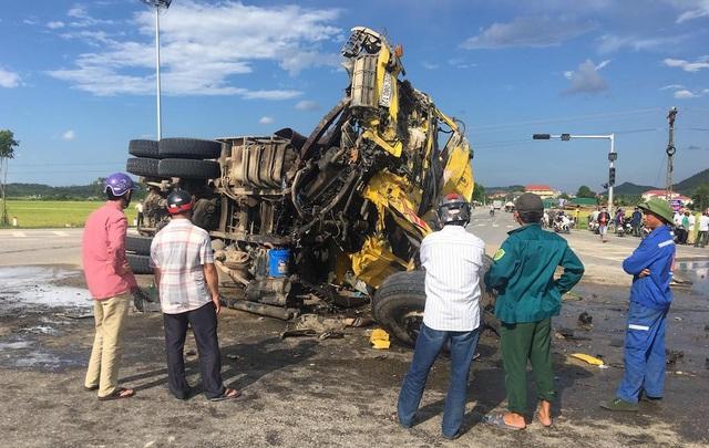 Chiếc xe tải màu vàng chở cát biến dạng sau khi đâm với xe howo chở đá.