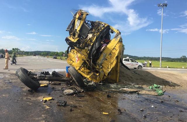 Chiếc xe tải này biến dạng hoàn toàn, cát rơi xuống khỏi thùng xe đổ ra đường. Bánh xe tải chở cát cũng gãy đứt rơi ra. Tài xế xe tải này bị thương nặng phải đi cấp cứu.