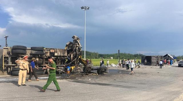 Lực lượng CA huyện Đô Lương, CSGT đội 1-7 có mặt tại hiện trường phân luồng giao thông, điều tra nguyên nhân.