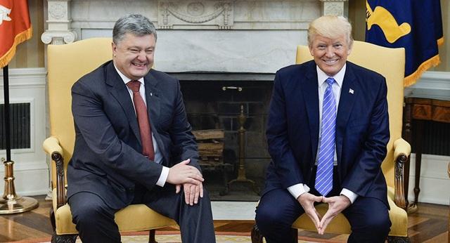 Tổng thống Mỹ Donald Trump (phải) và người đồng cấp Ukraine Petro Poroshenko (Ảnh: Reuters)