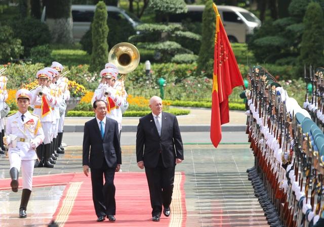 Chủ tịch nước Trần Đại Quang và Toàn quyền Australia trong lễ đón chính thức sáng 24/5