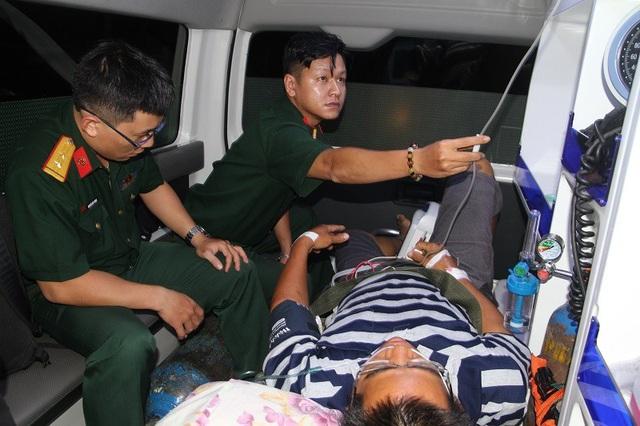 Bệnh nhân được trực thăng xuyên màn đêm, vượt biển đưa về đất liền