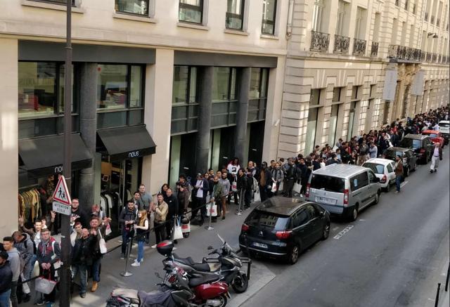 Đám đông kéo dài tới hàng ngàn người dọc các con phố xung quanh cửa hàng của OnePlus.