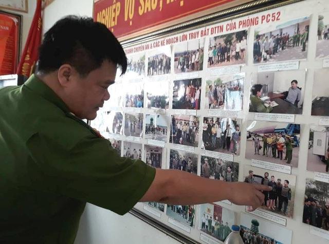 Dù có tới 8 năm với công việc bắt tội phạm trốn nã nhưng Trung tá Hùng nhớ như in từng vụ án, từng tên tội phạm, năm sinh...