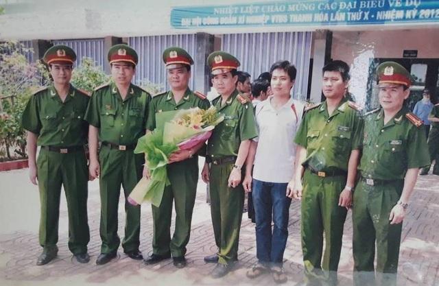 Trung tá Hùng cùng đồng đội nhận hoa của lãnh đạo trong lần di lý 10 đối tượng trốn nã từ phía Nam trở về.