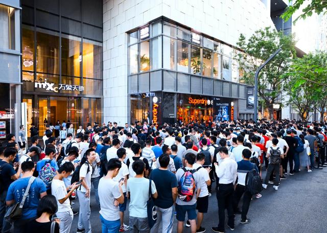 Gần tới giờ mở bán, càng có thêm người tới xếp hàng với mong muốn mua cho mình chiếc điện thoại ưng ý.