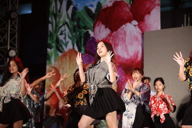 Nữ sinh chuyên Ams khoe nét năng động, tự tin trên sân khấu