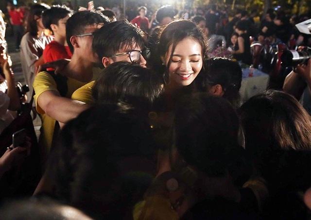 """""""Cô giáo hotgirl"""" Phan Hồng Anh trao gửi chiếc ôm ấm áp đến những học trò lớp mình chủ nhiệm trước thời khắc chia xa"""