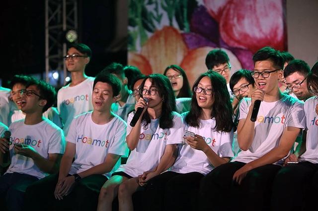 Những thành viên của lớp Hóa 1 ngồi sát cạnh nhau, cùng nhau hòa giọng trong các ca khúc sâu lắng về tình bạn, tình thầy trò