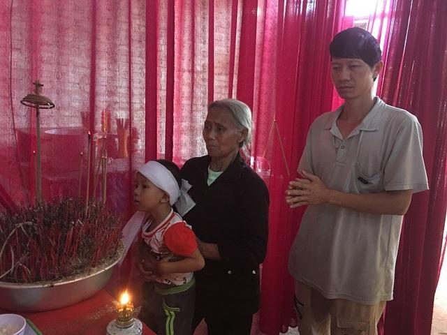 Cậu bé mồ côi Hoàng Phúc bên bàn thờ mẹ