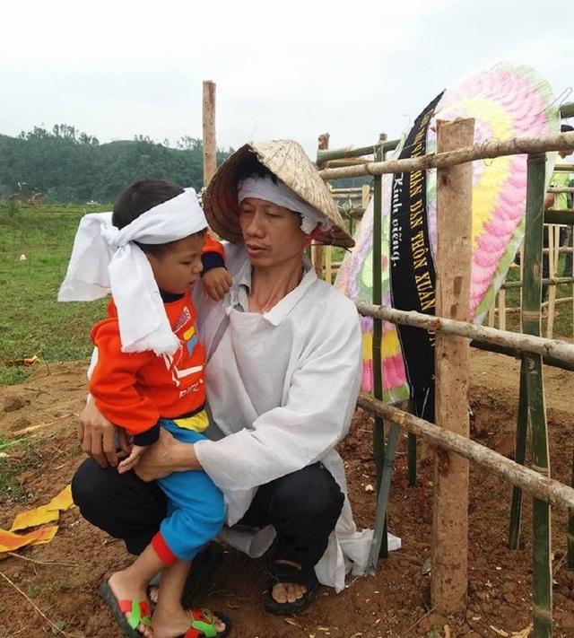 Mẹ mất, cha thì lúc tỉnh lúc mê do di chứng của tai nạn giao thông khiến tương lai của cậu bé 4 tuổi đang trở nên mù mịt hơn bao giờ hết.