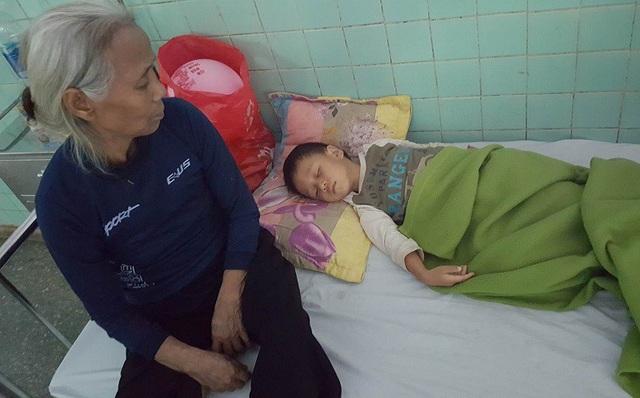 Ngày mẹ mất, Hoàng Phúc lại đang phải điều trị tại bệnh viện vì tai nạn, em còn không thể nhìn mẹ lần cuối