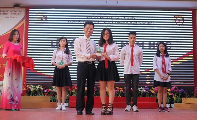 Thầy Hiệu trưởng Đàm Tiến Nam tặng kỷ niệm chương, bằng khen cho các học sinh tiêu biểu, xuất sắc.