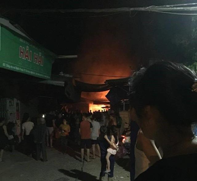 Ngọn lửa bùng cháy dữ dội, thiêu rụi nhiều ki ốt tại chợ Nghĩa Thuận.