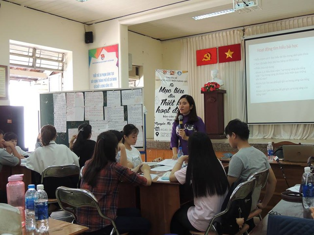 Hiện nay, cô Nguyễn Minh Ngọc đang tham gia vào việc truyền lửa cho sinh viên khoa Văn ở TPHCM. (Ảnh: Hoài Nam)