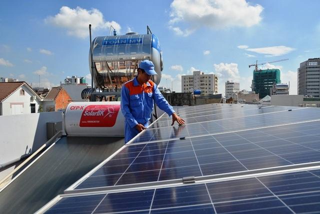 Nhiều người dân tại TPHCM đầu tư hàng trăm triệu đồng cho hệ thống điện năng lượng mặt trời tại gia đình để giảm tiền điện hàng tháng và sử dụng nguồn năng lượng tái tạo, thân thiện môi trường.