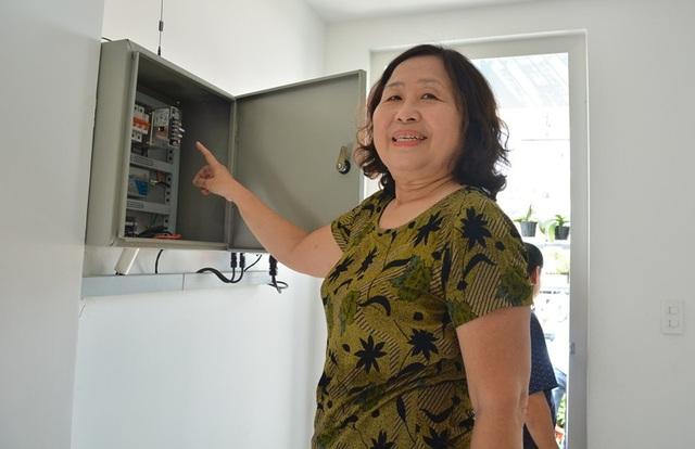 Gia đình bà Nguyễn Thị Thanh Nga (ngụ hẻm 280 Huỳnh Văn Bánh, phường 11, quận Phú Nhuận ) sử dụng điện năng lượng mặt trời được 5 tháng và đã dư 1.500kW để bán lại cho ngành điện