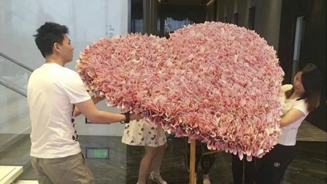 Trái tim khổng lồ được xếp từ hơn 50.000 USD tiền mặt (Ảnh: News.163.com)