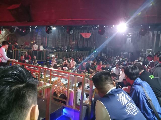 """Hơn 300 khách chơi nhốn nháo khi cảnh sát """"đột kích"""" quán bar - 2"""
