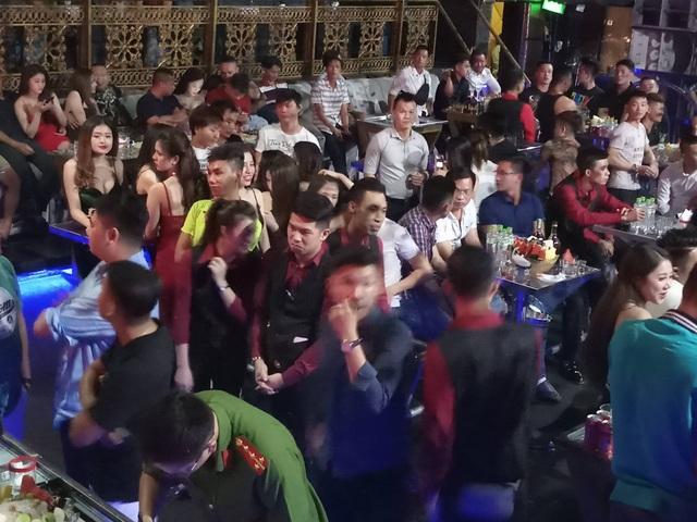 """Hơn 300 khách chơi nhốn nháo khi cảnh sát """"đột kích"""" quán bar - 1"""