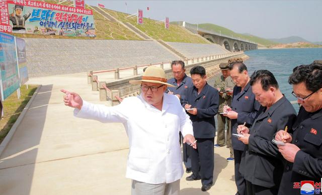 Ông Kim Jong-un thị sát dự án đường tàu vừa hoàn thiện của Triều Tiên trong bức ảnh được công bố ngày 24/5 (Ảnh: KCNA)