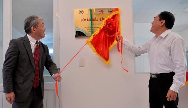 Ông Keiji Kaneko - Tổng giám đốc Công ty Ajinomoto Việt Nam thực hiện nghi thức khai bếp.
