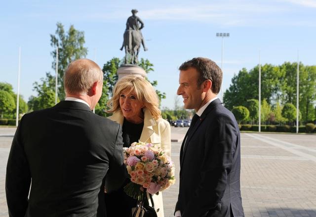 Việc Tổng thống Putin tặng hoa cho Đệ nhất phu nhân Pháp không chỉ thể hiện sự lịch thiệp của nhà lãnh đạo Nga, mà còn là nghi thức ngoại giao đặc trưng mà ông Putin dành cho các vị khách nữ nước ngoài khi tới Nga. Trước đó, Tổng thống Putin từng nhiều lần tặng hoa cho các nữ nguyên thủ, nữ quan chức hoặc phu nhân của các nhà lãnh đạo.