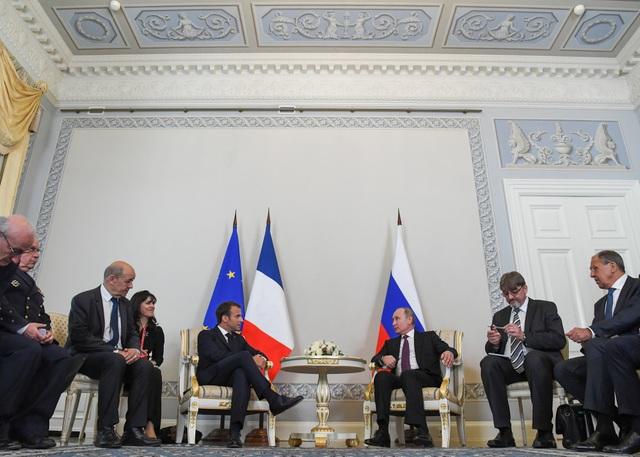 Tổng thống Putin và Tổng thống Macron đã cùng nhau hội đàm và tổ chức họp báo để công bố kết quả chuyến thăm. Ông Putin cho biết hai nhà lãnh đạo đã thảo luận các vấn đề toàn cầu quan trọng mà cả hai nước đều quan tâm.