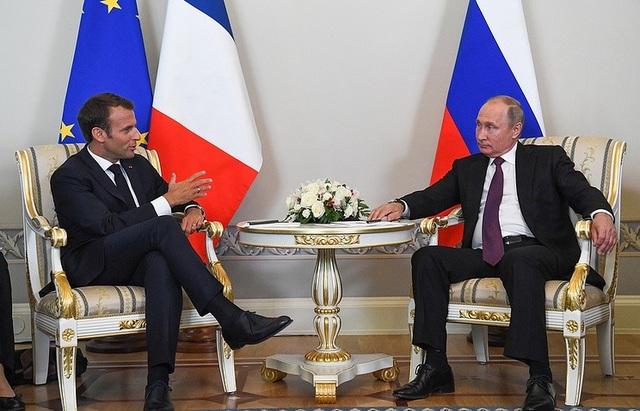 Ông Putin trao đổi với ông Macron. (Ảnh: EPA)