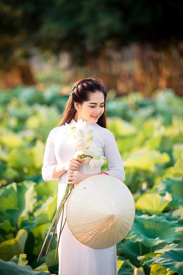 """Loài quốc hoa này được ví như vẻ đẹp của người phụ nữ Việt, nhẹ nhàng, thanh khiết và cuốn hút vô cùng. Chỉ cần những biểu cảm mộc mạc như thế cũng đủ khiến thiếu nữ Hải Dương """"đốn tim"""" biết bao nhiêu người rồi."""
