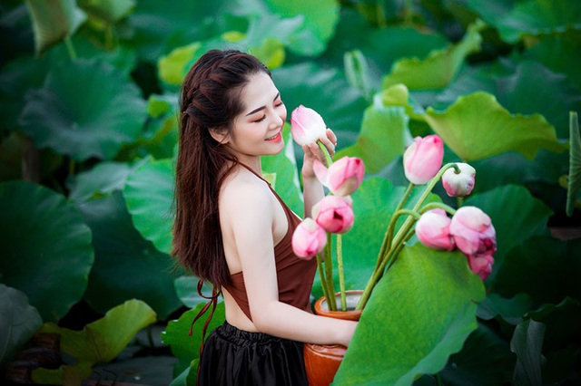 Thời điểm này hoa sen đang nở rộ, đây cũng là dịp để các thiếu nữ thực hiện những bộ ảnh duyên dáng với loài hoa này. Vũ Thị Phương gây ấn tượng với người đối diện bởi khuôn mặt xinh xắn, đáng yêu và nụ cười tươi như nắng toả.