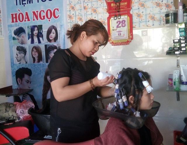 Sau những nỗ lực, cô gái người Bru - Vân Kiều Hồ Thị Hòa đã tự mở cho mình được một tiệm tóc