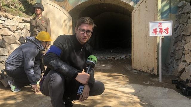 Phóng viên Igor Zhhanov của hãng tin RT đưa tin trước cửa hầm tại khu thử hạt nhân Punggye-ri. (Ảnh: RT)