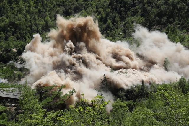 Bụi và khói bốc lên tại đường hầm số 2 và trạm quan sát tại Punggye-ri. (Ảnh: Reuters)