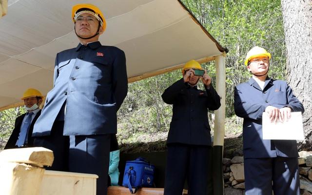 Các quan chức Triều Tiên chứng kiện vụ phá dỡ khu thử hạt nhân Punggye-ri. (Ảnh: Reuters)