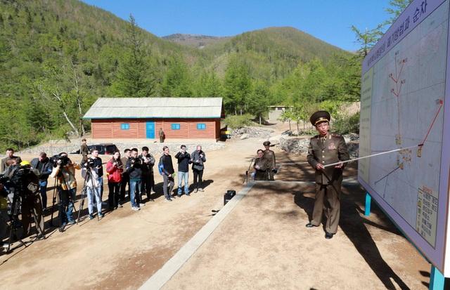 Quan chức Triều Tiên giải thích cho các phóng viên quy trình phá dỡ khu thử hạt nhân Punggye-ri. (Ảnh: Reuters)