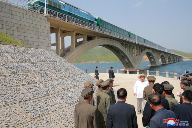 Ông Kim Jong-un đã đi cùng các quan chức cấp cao Triều Tiên tới nơi xây dựng cầu. Các vệ sĩ của nhà lãnh đạo Triều Tiên cũng được nhìn thấy xuất hiện trong bức ảnh này.