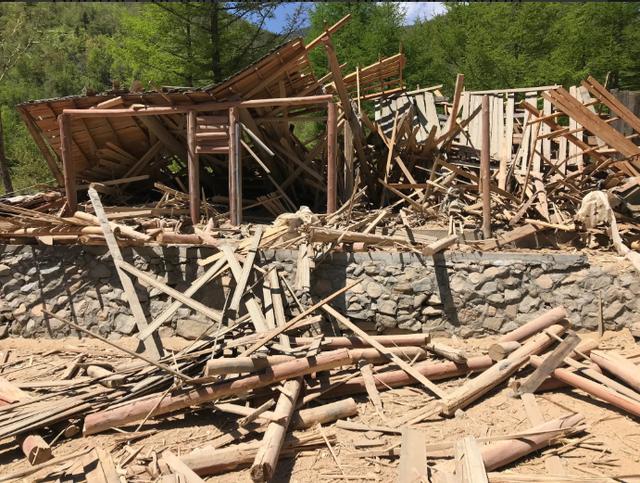 Trạm quan sát tại Đường hầm phía bắc trở thành đống đổ nát sau khi bị đánh sập. (Ảnh: Igor Zhdanov)