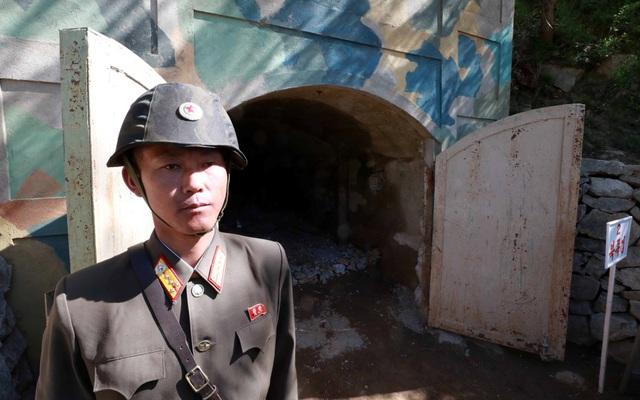 Một binh sĩ đứng trước cửa đường hầm số 2 trước khi thuốc nổ được kích hoạt. (Ảnh: Reuters)